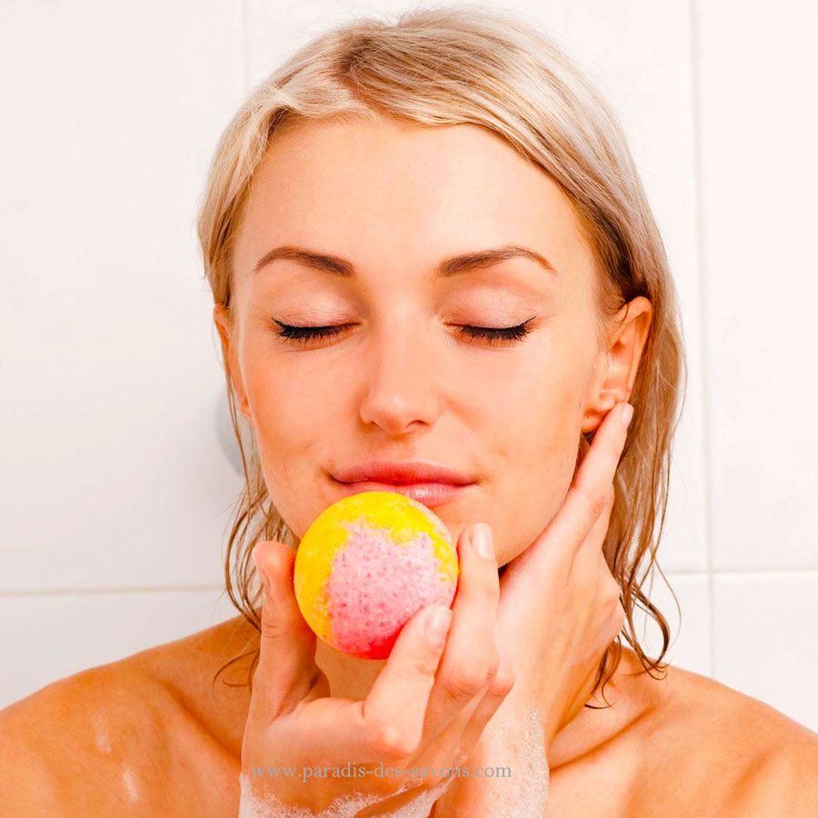 Boule de bain pomme dans baignoire