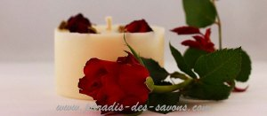 Bougie avec des roses naturelles